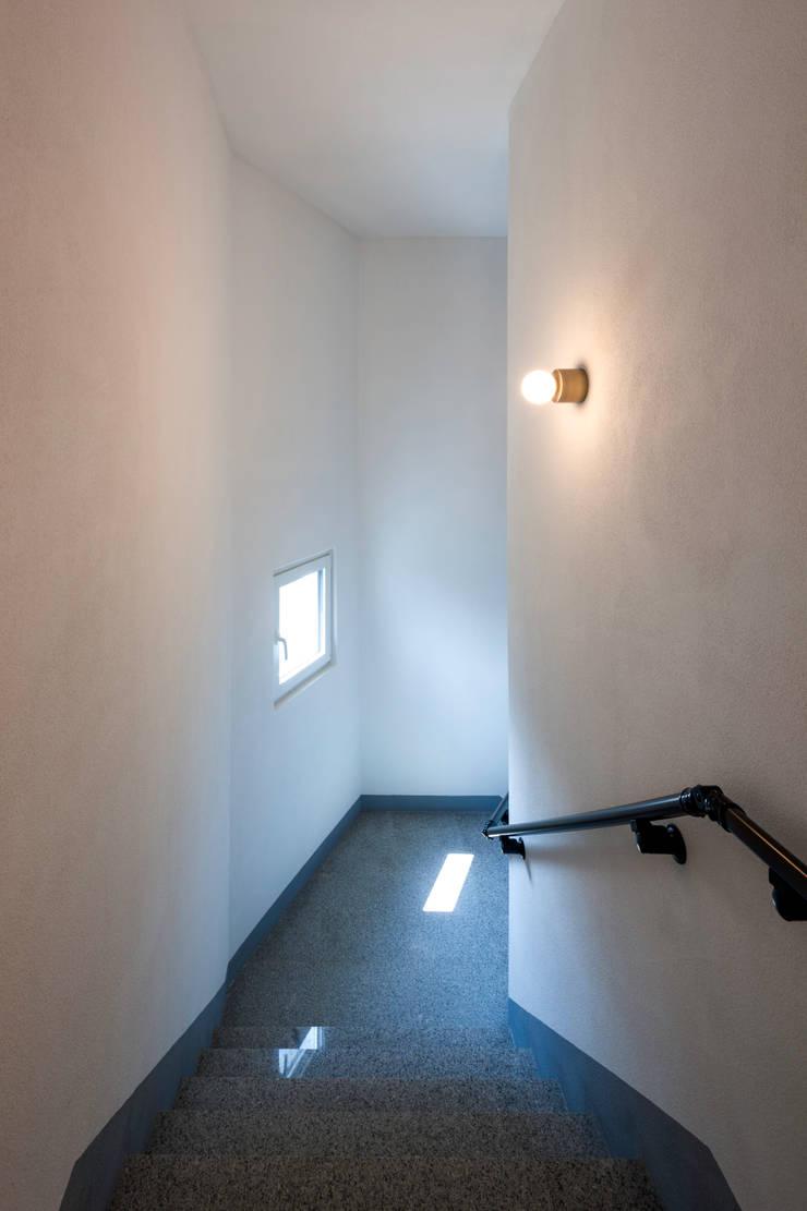 성산동 고양이집: 에이오에이 아키텍츠 건축사사무소 (aoa architects)의  계단,