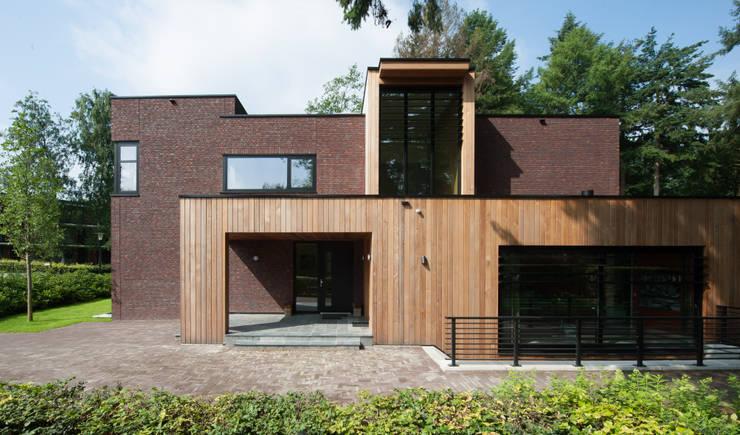 Moderne villa in Apeldoorn:  Villa door Architectenbureau Atelier3, Modern Steen