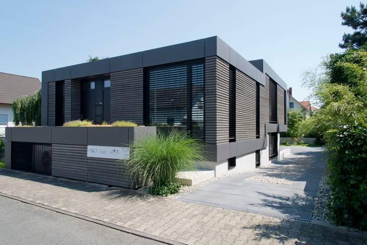 Ansicht Straßenseite:  Holzhaus von Herrmann Massivholzhaus GmbH