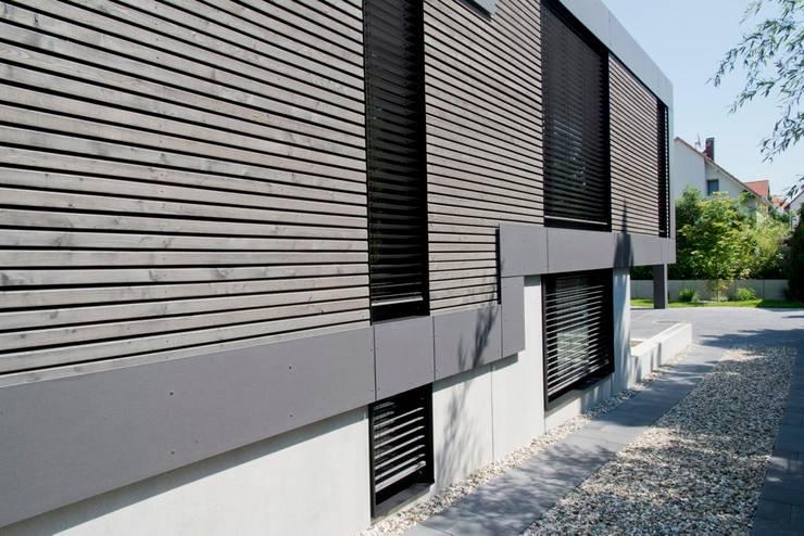 Ansicht Lärchenholzfassade, Übergang Ober- und Untergeschoss: moderne Häuser von Herrmann Massivholzhaus GmbH