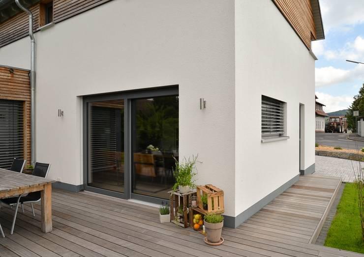 Projekty,  Taras zaprojektowane przez Herrmann Massivholzhaus GmbH