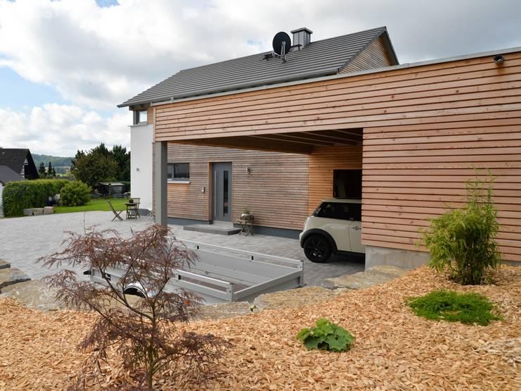 Ansicht Carport: moderne Häuser von Herrmann Massivholzhaus GmbH