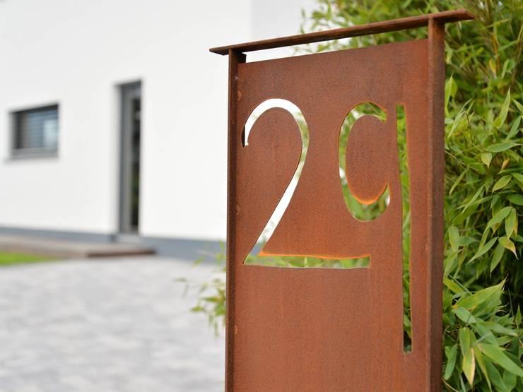 Hausnummer aus Cortenstahl: moderner Garten von Herrmann Massivholzhaus GmbH