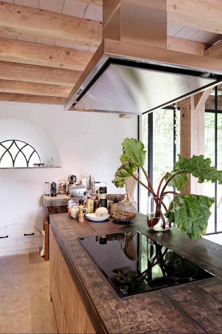 Restauratie boerderij Hengstmere:  Keuken door ODM architecten - erfgoed & architectuur