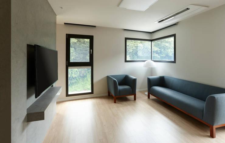 과천 영서현: 소수건축사사무소의  거실,모던