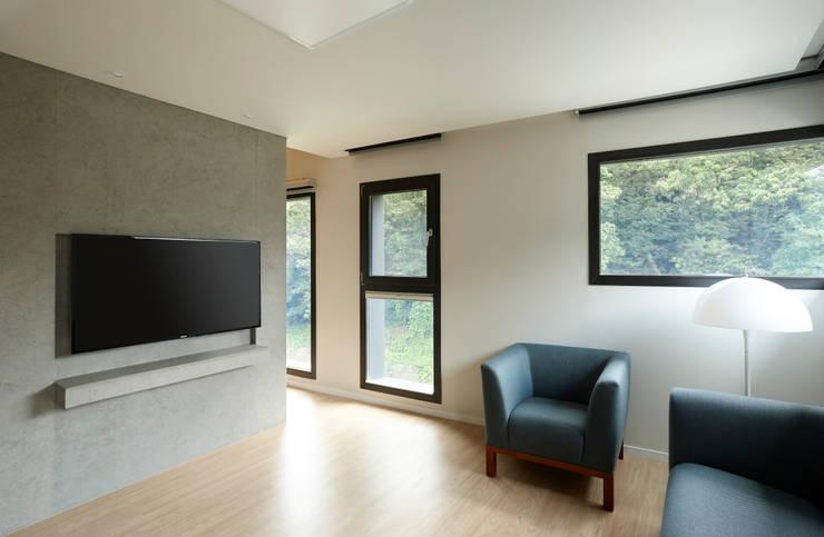 과천 영서현: 소수건축사사무소의  거실