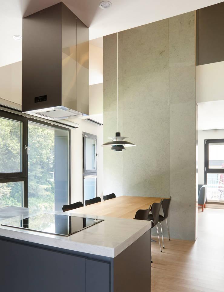 과천 영서현: 소수건축사사무소의  주방