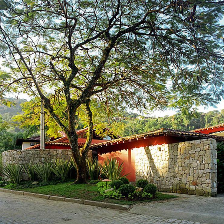Casas unifamiliares de estilo  por Maria Claudia Faro
