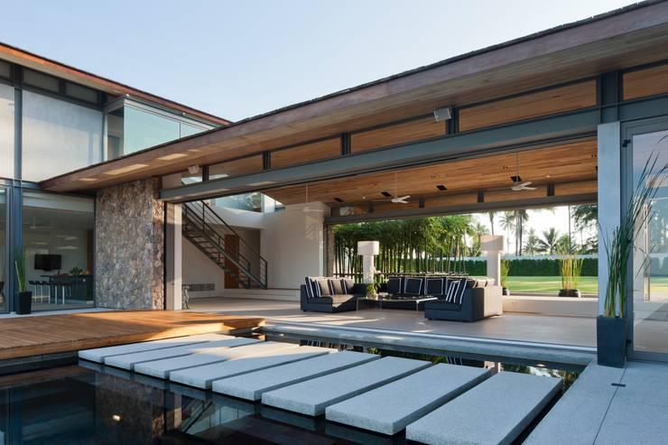 Sava Sai— Phuket, Thailand: modern Living room by Original Vision
