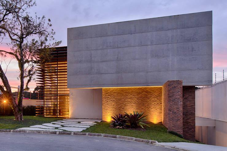 Fachada: Casas  por Guaraúna Revestimentos