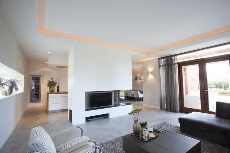 Villa Krakestee woonkamer: moderne Woonkamer door Thijssen Verheijden Architecture & Management