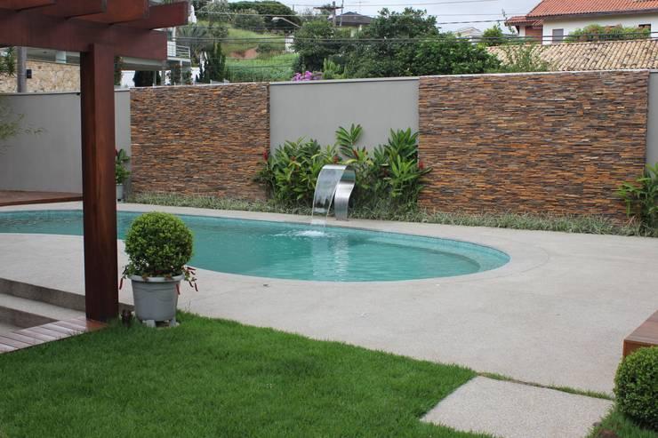 สระว่ายน้ำ by Camila Tiveron Arquitetura