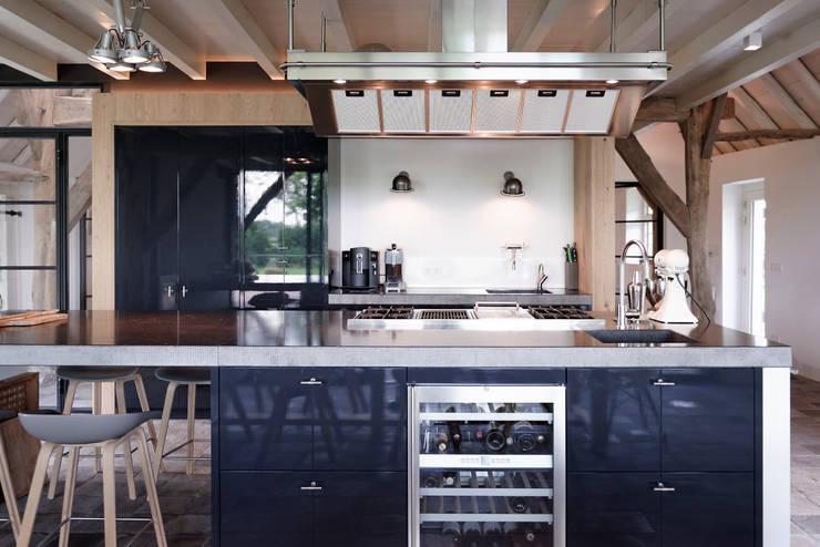 Droomhuis in Rijksmonumentale boerderij:  Inbouwkeukens door ODM architecten - erfgoed & architectuur, Industrieel