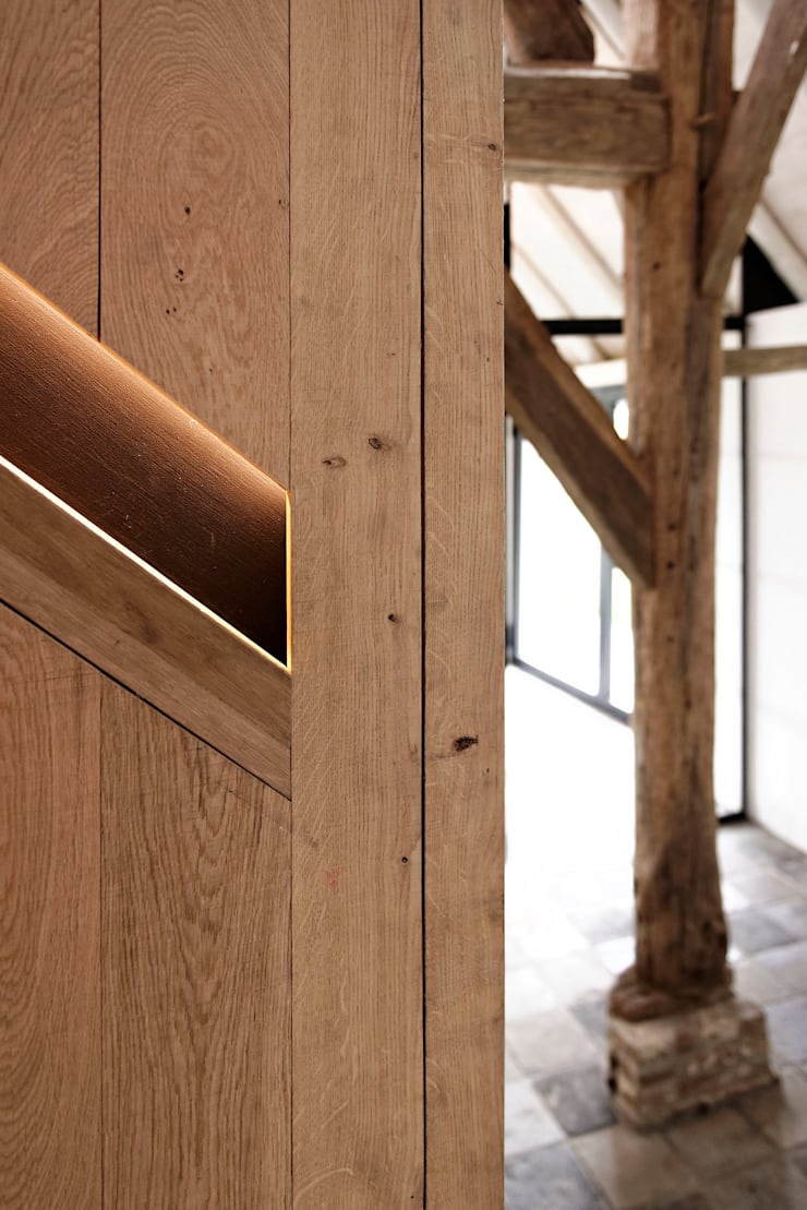 Droomhuis in Rijksmonumentale boerderij:  Trap door ODM architecten - erfgoed & architectuur, Modern