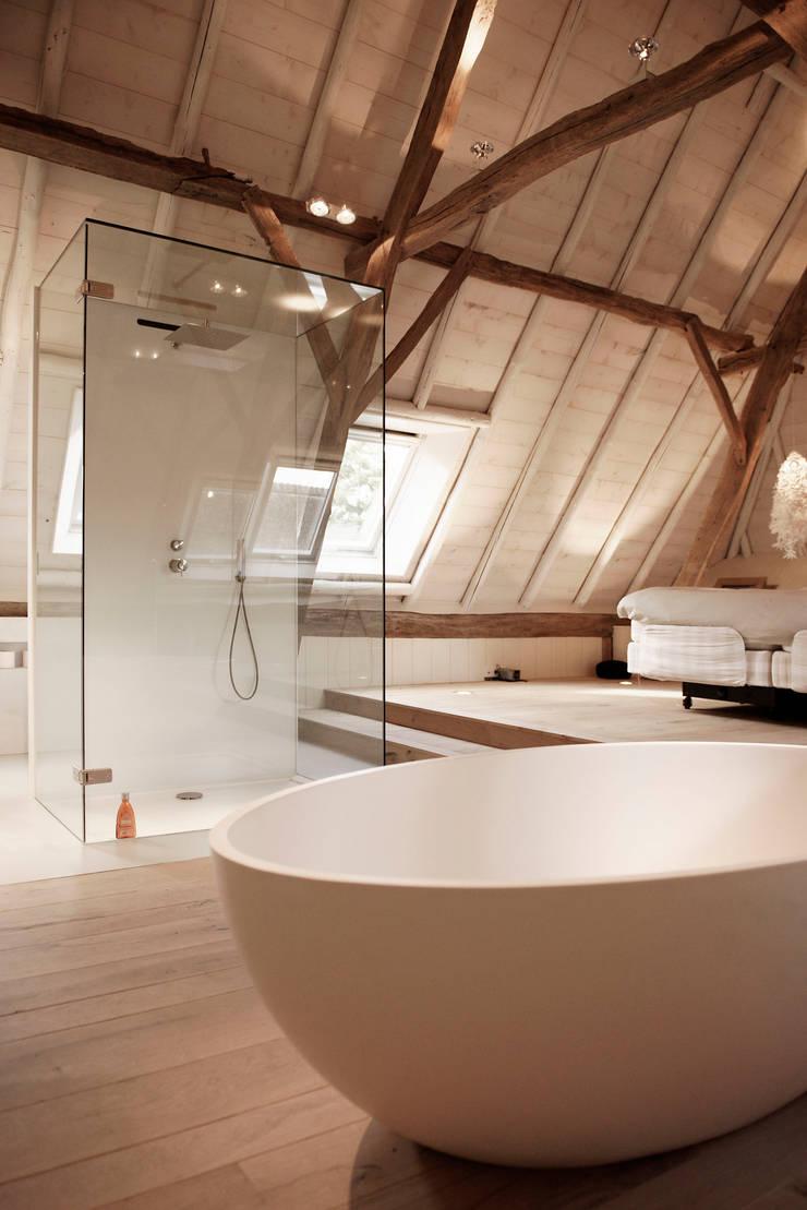 Droomhuis in Rijksmonumentale boerderij:  Badkamer door ODM architecten - erfgoed & architectuur, Modern