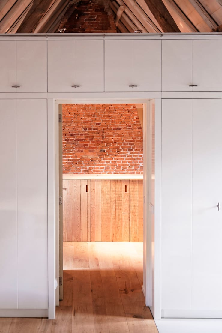 Droomhuis in Rijksmonumentale boerderij:  Kleedkamer door ODM architecten - erfgoed & architectuur, Modern