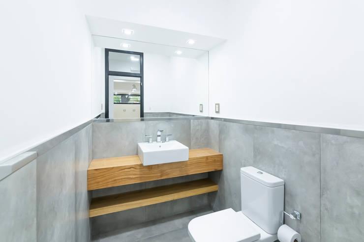 Casa 2C - REFORMA y AMPLIACIÓN : Baños de estilo moderno por D'ODORICO OFICINA DE ARQUITECTURA