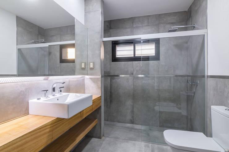 Casa 2C - REFORMA y AMPLIACIÓN : Baños de estilo  por D'ODORICO OFICINA DE ARQUITECTURA