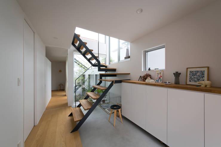 1.5階デッキのある家: ラブデザインホームズ/LOVE DESIGN HOMESが手掛けた廊下 & 玄関です。