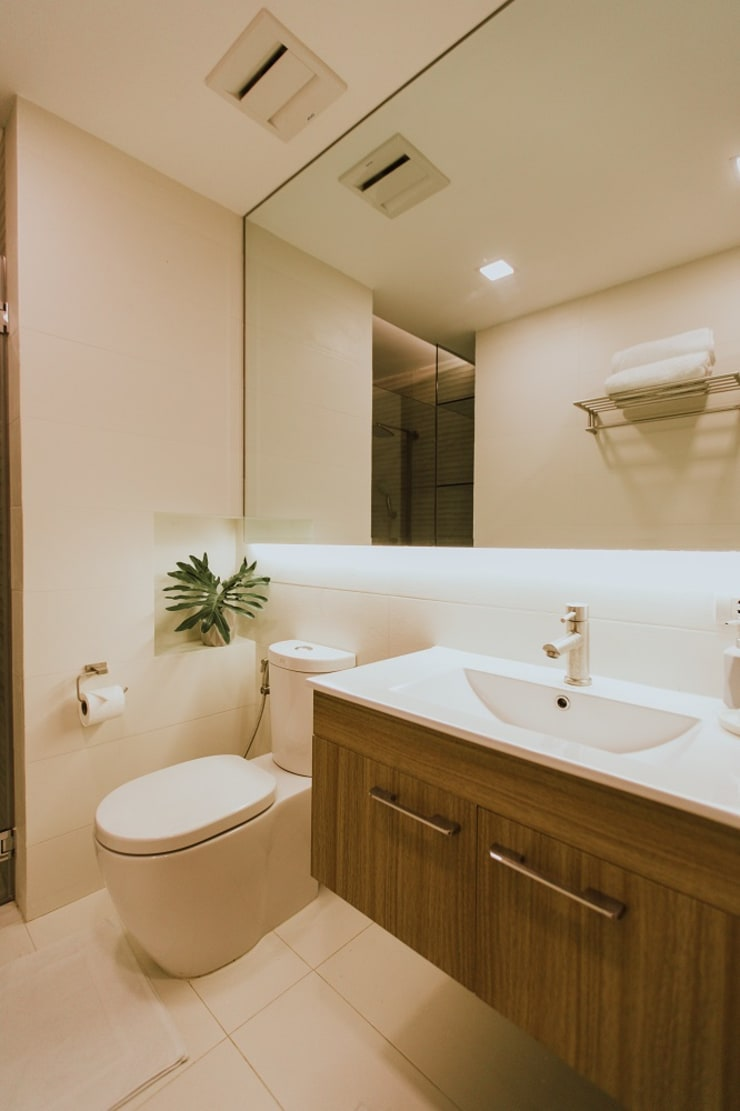 Toilet and Bath:  Bathroom by Living Innovations Design Unlimited, Inc.