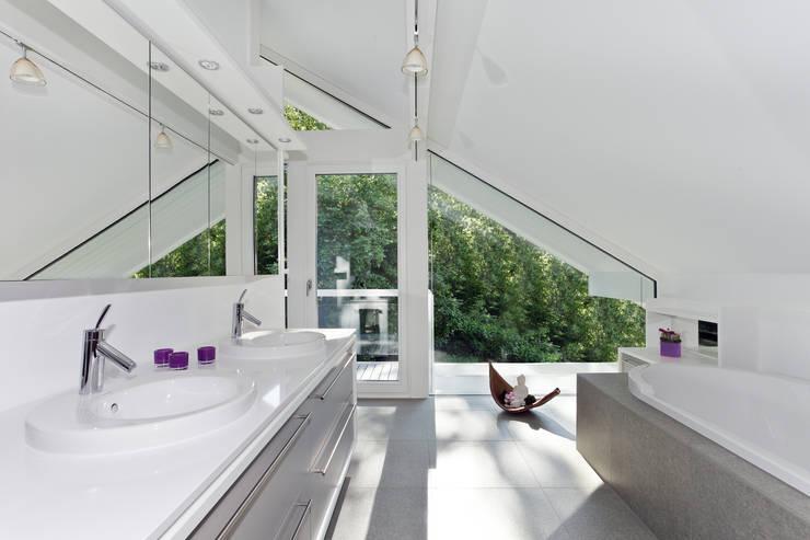 Projekty,  Łazienka zaprojektowane przez DAVINCI HAUS GmbH & Co. KG