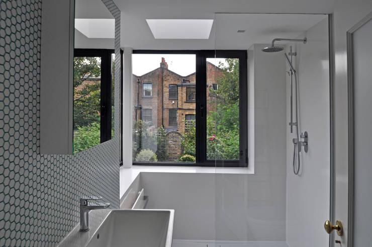 Ванные комнаты в . Автор – Space Group Architects