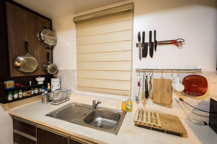 Sonata Private Residences:  Kitchen by TG Designing Corner