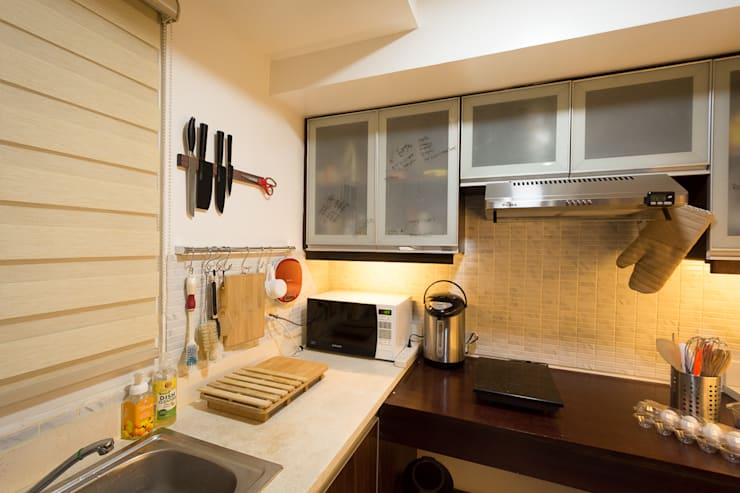 Sonata Private Residences:  Kitchen by TG Designing Corner