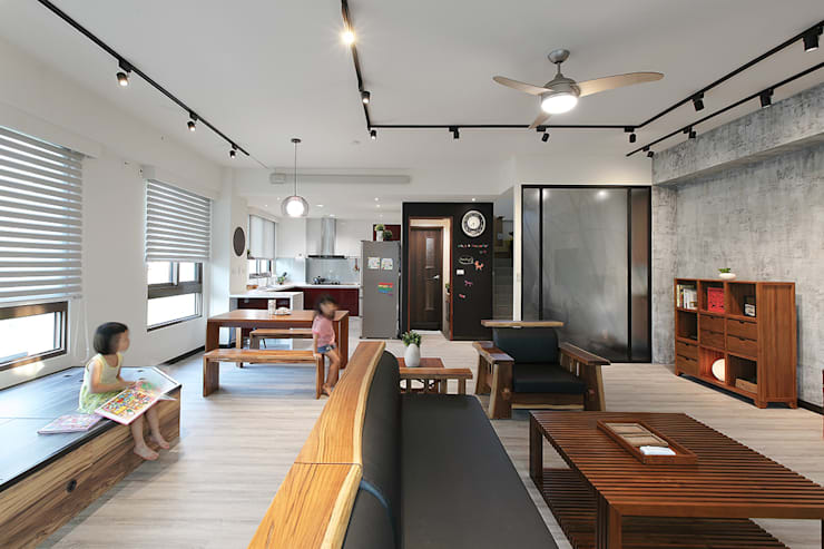 Salon de style  par 森畊空間設計, Asiatique Bois massif Multicolore