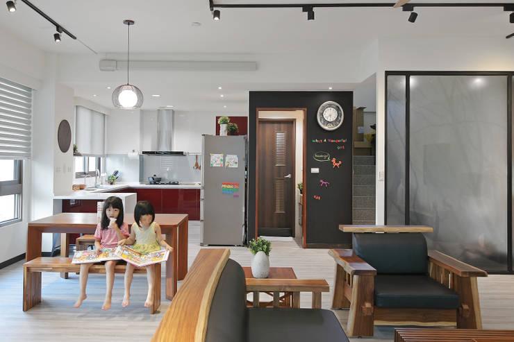 Salle à manger de style  par 森畊空間設計, Asiatique Bois massif Multicolore