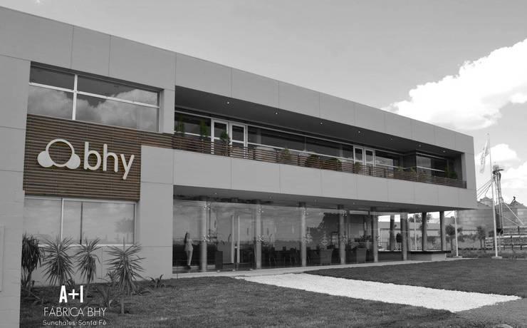 Fachada principal - Edificio de oficinas : Galerías y espacios comerciales de estilo  por Estudio A+I,