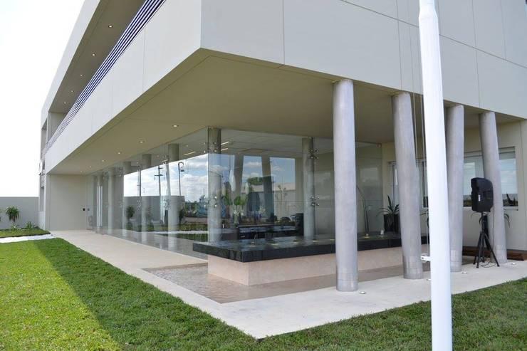 fachada - Fuente: Edificios de Oficinas de estilo  por Estudio A+I,