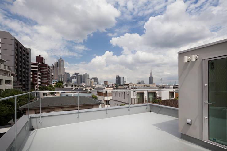 屋上テラス: 有限会社角倉剛建築設計事務所が手掛けたテラス・ベランダです。