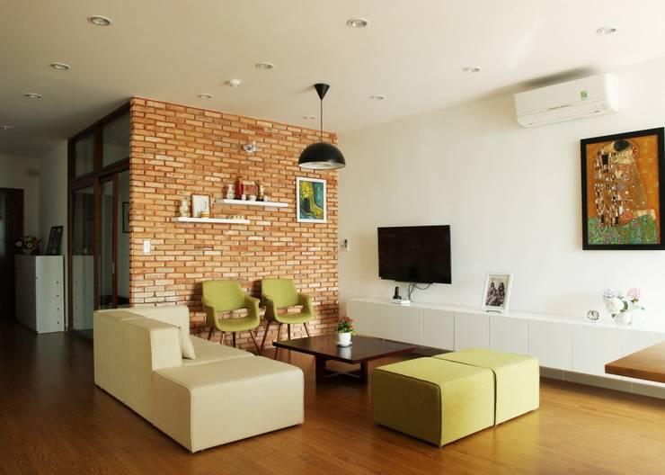 KTS đã đưa sự phá cách vào màu sắc và trang trí.:  Phòng khách by Công ty TNHH Thiết Kế Xây Dựng Song Phát