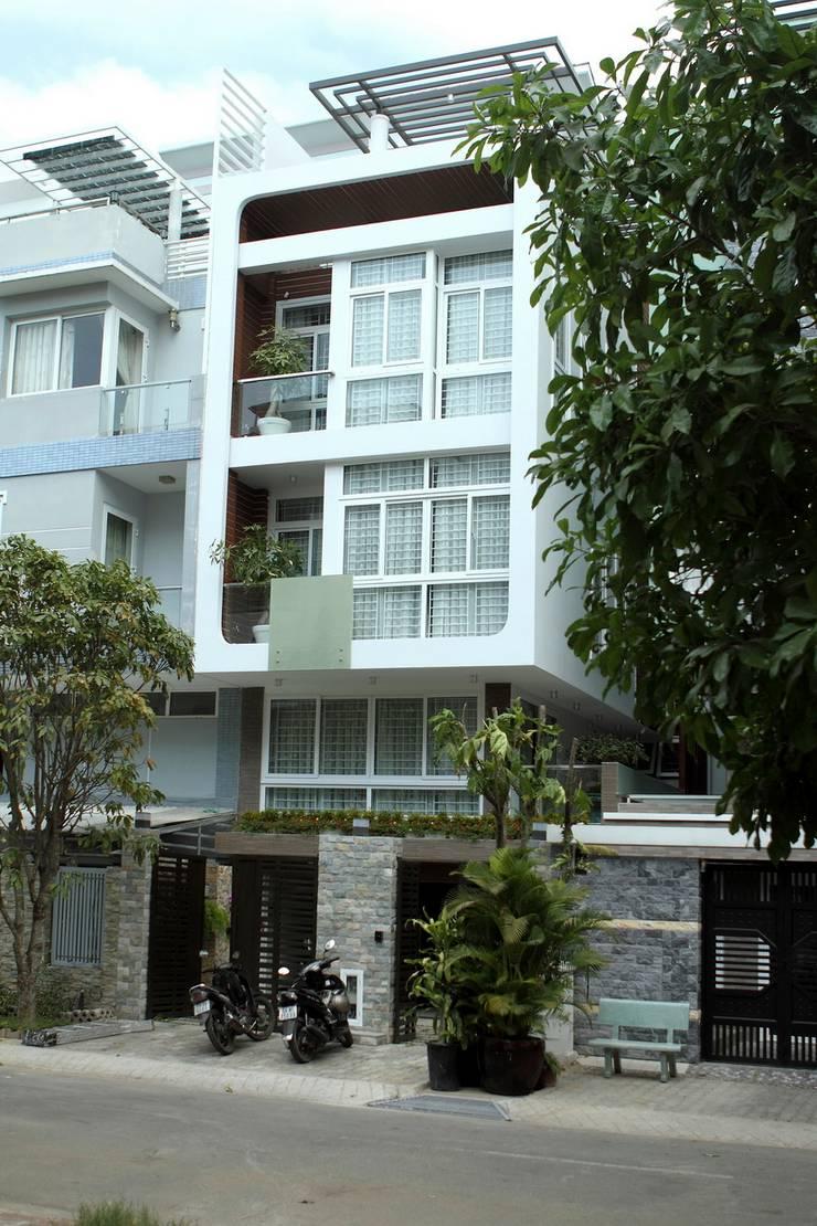 Mặt tiền ngôi nhà phố 3 tầng thoáng đãng nhờ giếng trời.:  Nhà gia đình by Công ty TNHH Thiết Kế Xây Dựng Song Phát