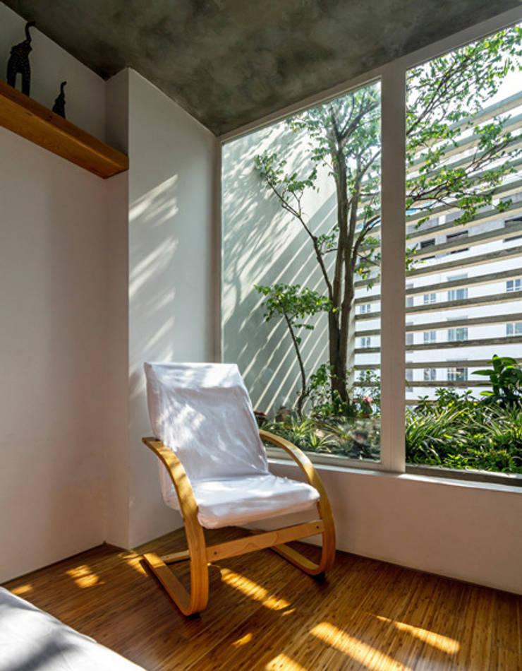 Không gian mở được KTS khéo léo đưa vào ngôi nhà:  Phòng ngủ by Công ty TNHH Thiết Kế Xây Dựng Song Phát