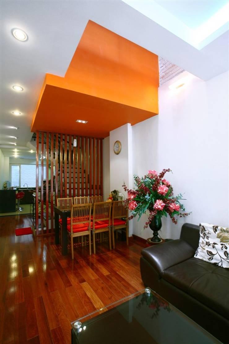 Cầu thang được biến tấu để phù hợp với các khoảng giếng trời.:  Cầu thang by Công ty TNHH Thiết Kế Xây Dựng Song Phát