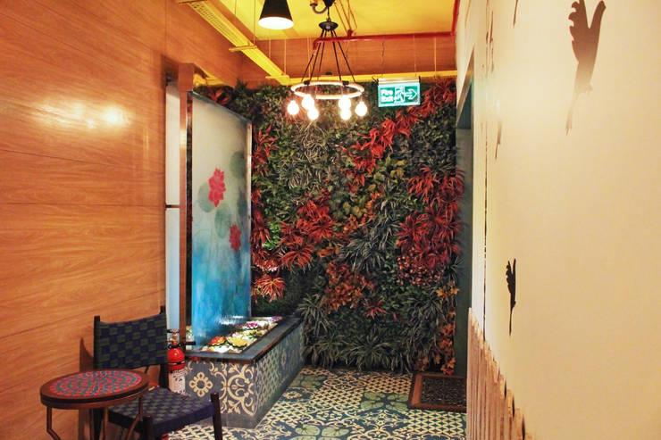 Mahajans Lounge in DLF 4, Gurugram:  Living room by Grecor