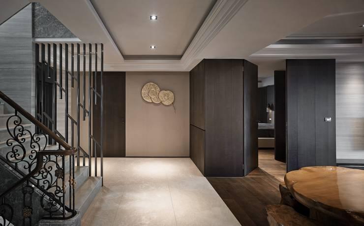 Pasillos y vestíbulos de estilo  de 辰林設計, Moderno