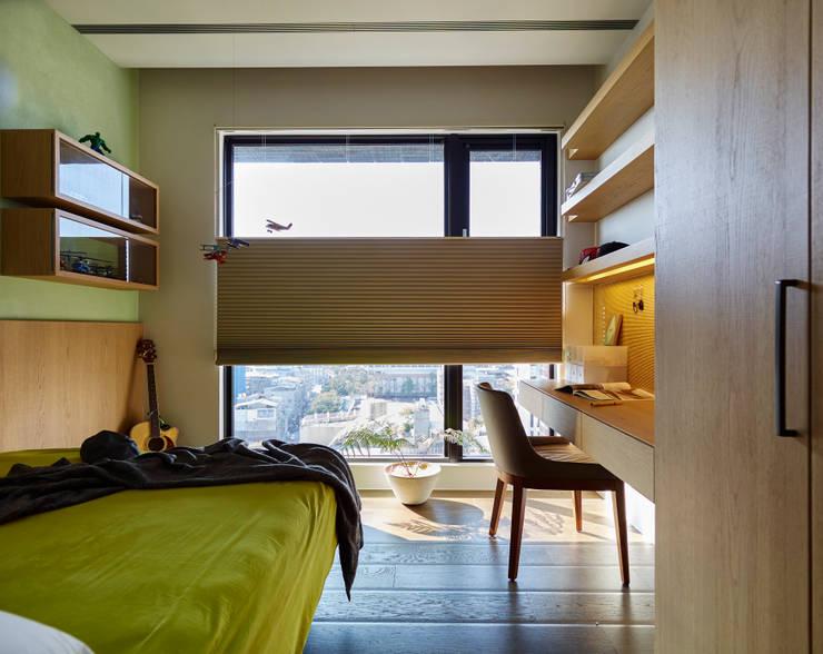 小孩房:  臥室 by 樸十設計有限公司 SIMPURE Design