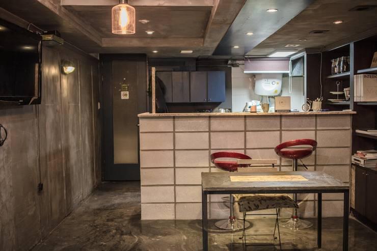가가카페 – 빈티지 스타일 인테리어: gaga interior의  바 & 카페,