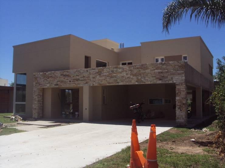 Casa M – Funes: Casas de estilo  por GMV ESTUDIO,