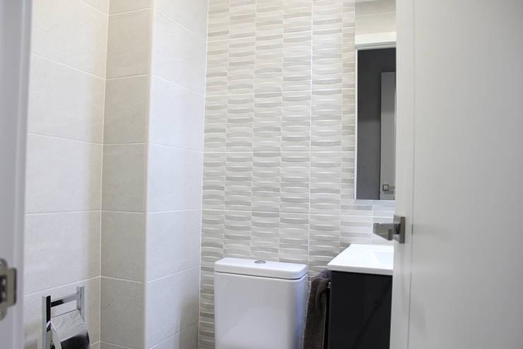 Reforma integral en Madrid de piso de 80m2: Baños de estilo  de GRUPO STYLO REFORMAS Y DECORACIÓN S.L.