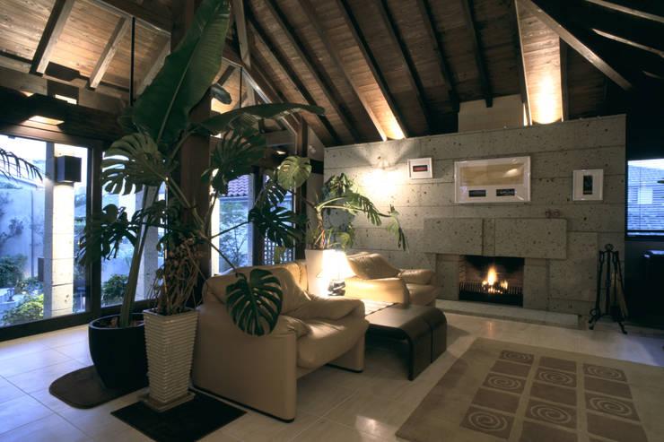 Salon de style  par 株式会社 ギルド・デザイン一級建築士事務所, Asiatique Calcaire