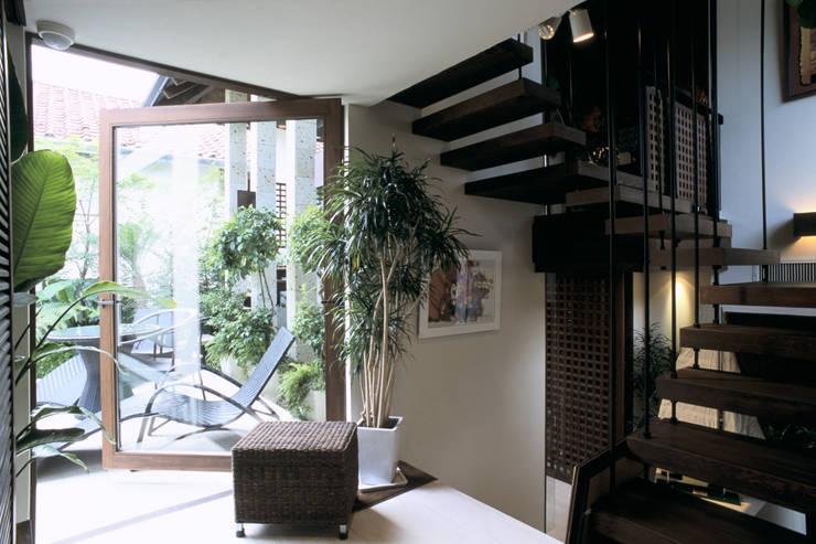 バリリゾートの家: 株式会社 ギルド・デザイン一級建築士事務所が手掛けた廊下 & 玄関です。
