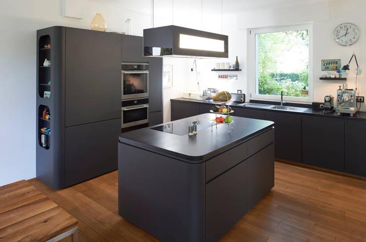 Ausgefallene Küche mit überraschenden Details:  Küche von Koitka Innenausbau GmbH