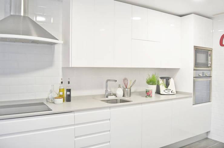 Reforma de cocina y baño en vivienda: Cocinas de estilo moderno de Dimeic