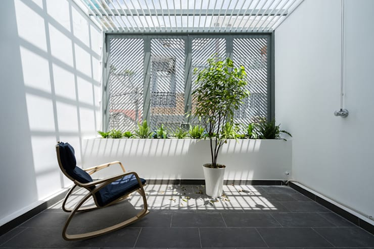 Ban công với cây xanh giúp không gian thoáng đãng.:  Hiên, sân thượng by Công ty TNHH Thiết Kế Xây Dựng Song Phát