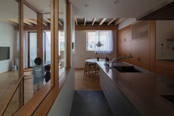 土間と縦庭の家: TRANSTYLE architectsが手掛けたキッチンです。