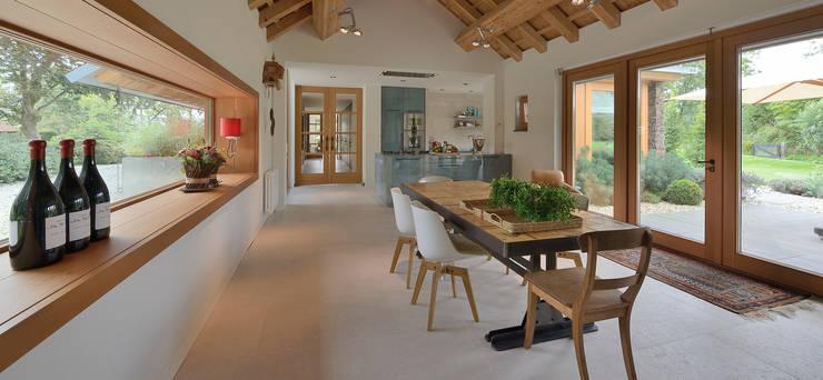 Signature keuken ontwerp met 3 Michelinsterren voor landhuis regio Utrecht:  Eetkamer door EMYKO | Residential Interior Design, Modern